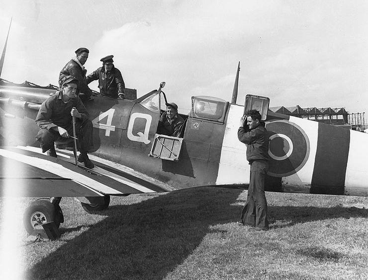 VCS-7_mechanics_with_Spitfire_at_Lee-on-Solent_June_1944.jpg